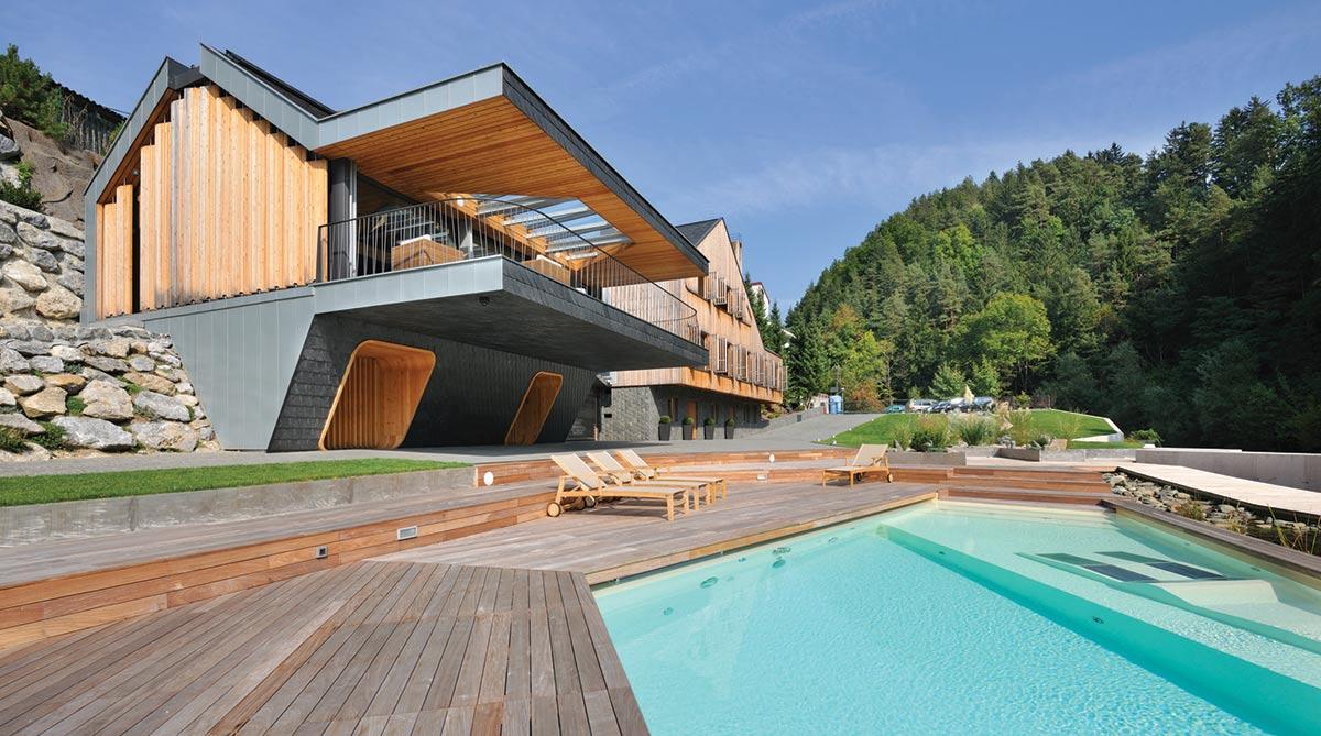 Terasy jsou dnes oblíbenou součástí mnoha bazénů